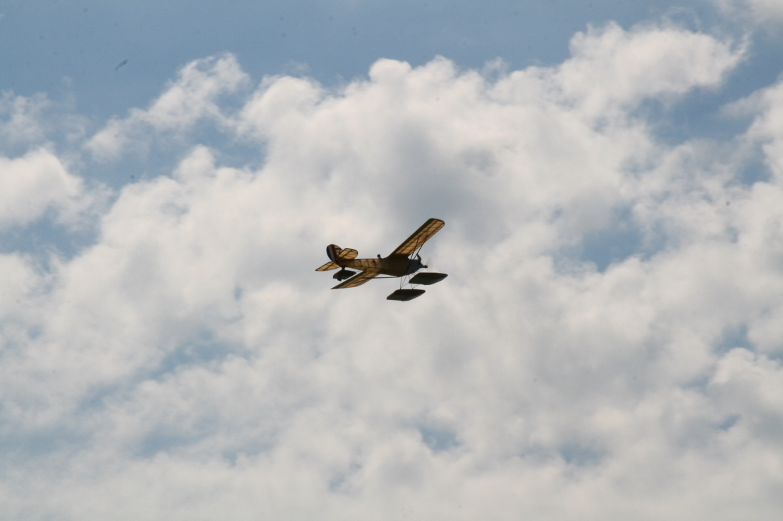 float-fly-20090034