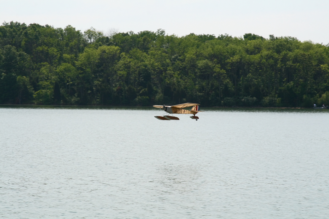 float-fly-20090038