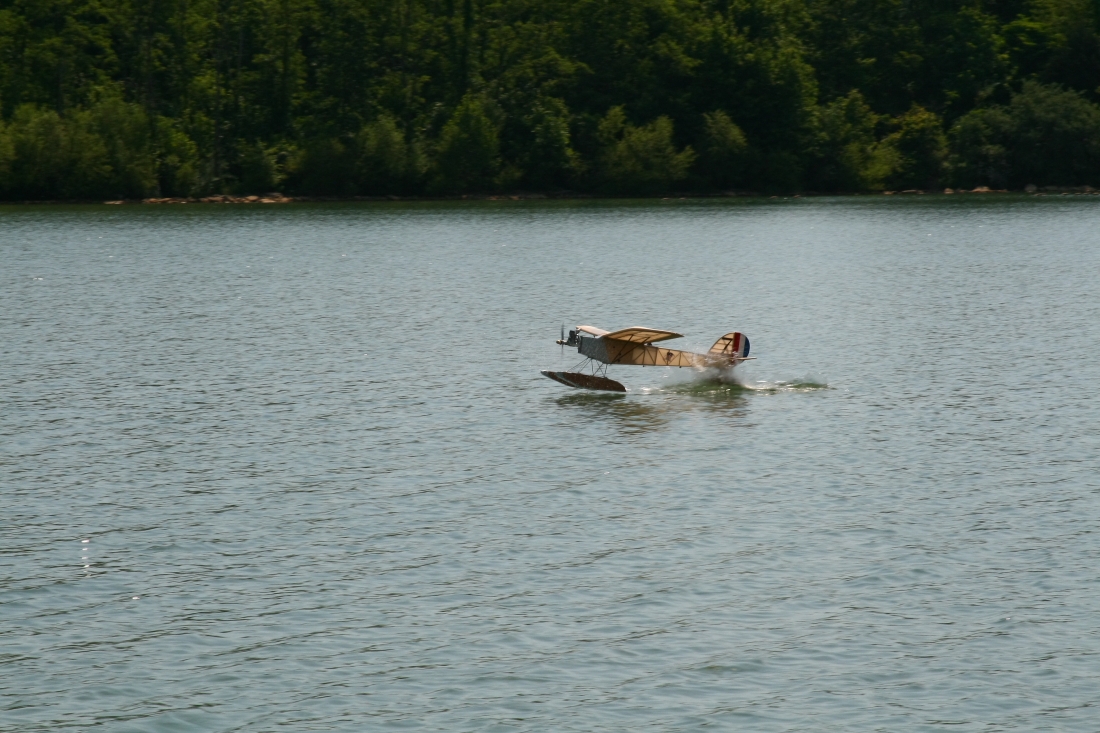 float-fly-20090039