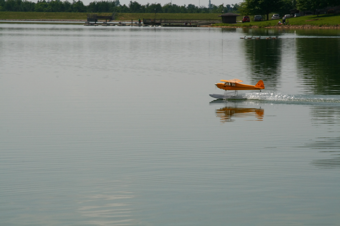float-fly-20090085